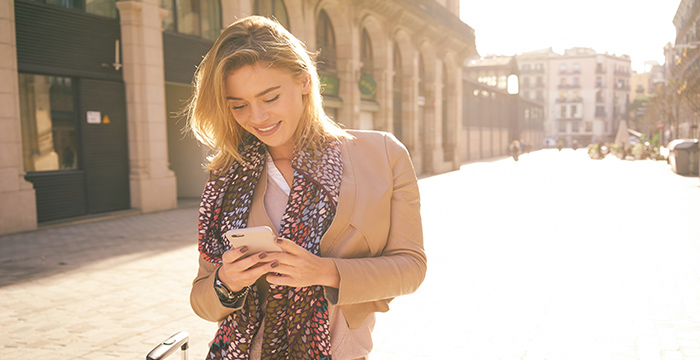woman_in_europe_with_smartphone