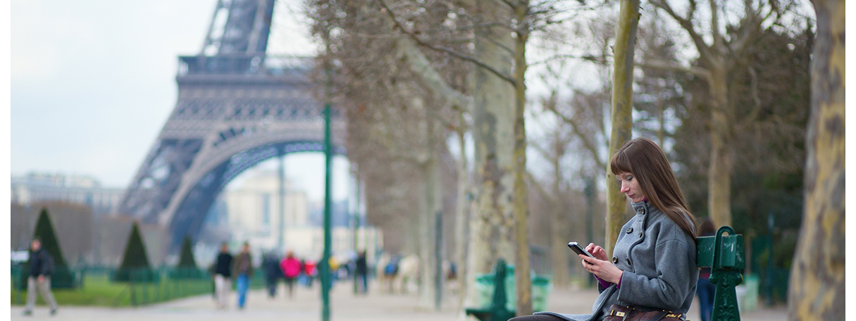 girl_on_phone_in_paris_park