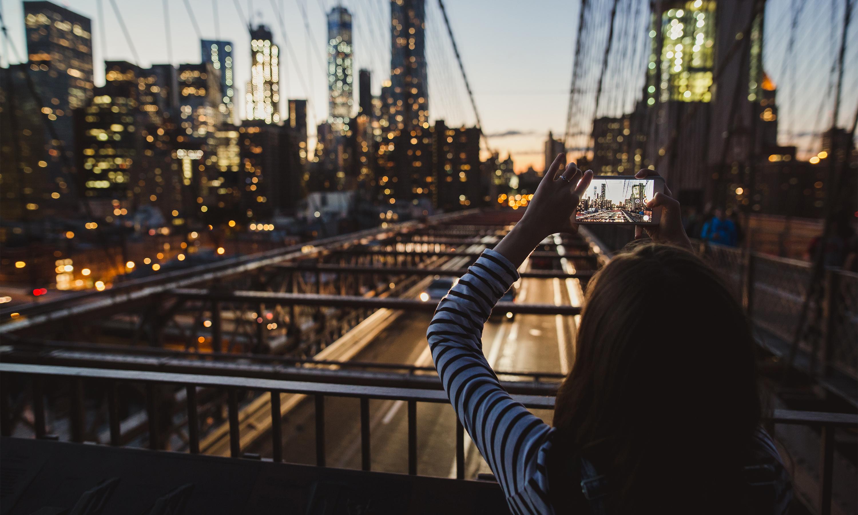 blogger taking picture on Brooklyn Bridge